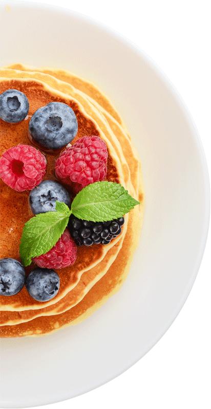 Frühstück mit Pancakes und Beeren